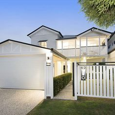 The house at 62 Muir Street, Cannon Hill, set a new price record for the suburb but agent Chris Rice believes it won't stay the record for long. Queenslander House, Weatherboard House, Hamptons Style Homes, The Hamptons, Style At Home, Exterior Design, Interior And Exterior, Carport Designs, Carport Ideas