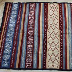 Margoum Bleu, Ambre rouge Pièce unique, tissage ras entièrement à la main en laine de mouton.