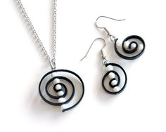 Cette eau douce caractéristiques blanche de spirale edgy pendentif perles cette loi comme espaceurs entre les couches de cuir noir tanné végétal. Le pendentif swirl lui-même est en acier inoxydable fait à la main. Le cuir est léger et très confortable à porter. Lacier ne sera pas ternir ou se décolorer avec le temps.  Le pendentif mesure 3,5 cm x 2,8 cm (1,4 po x 1,1 po) vous avez le choix de chaînes à maillons en acier inoxydable 16 ou 18 pour aller avec le pendentif.  Le collier exact que…