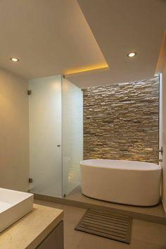 verriere douche, salle de bain avec verrière, plafond et murs beiges, baignoire ovale blanche, douche itralienne avec des portes en verre opaque blanc