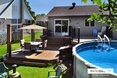Patio avec piscine hors-terre par Patio Design inc. Above Ground Pool Decks, In Ground Pools, Outdoor Spa, Outdoor Decor, Oberirdischer Pool, Outside Pool, Backyard Patio Designs, Back Patio, Exterior Houses