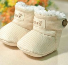 Cute Baby Shoes, Baby Boy Shoes, Crib Shoes, Baby Booties, Handgemachtes Baby, Baby Co, Baby Bibs, Baby Moccasin Pattern, Doll Shoe Patterns