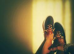 Personalizzare le proprie scarpe con lacci vintage in cuoio, rendendole uniche... ovviamente i lacci sono stati recuperati da vecchie scarpe ormai inutilizzate, anche questo é #RicicloCreativo #EcoModa #Shoes #Vans  SEGUICI SU: www.facebook.com/CreoEco www.pinterest.com/CreoEco  — con Sara Maribel Campeggia