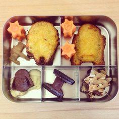 Star Wars bentobox with potato pancakes, jam, carrots, bounty truffles (black and white), oreos and mixed chocolate. / Star Wars-Bentobox mit Kartoffelpuffern, Marmelade, Möhren, Bountypralinen (schwarz und weiß), Oreos und bunter Schokolade - #vegan -