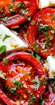 Perfect Marinated Tomatoes with Mozzarella Marinated Tomatoes – Full of summer flavors these healthy tomatoes are soaked up with olive oil, balsamic vinegar and fresh herbs. A perfect hors d'oeuvre that everyone will love! Vegetarian Recipes, Cooking Recipes, Healthy Recipes, Cooking Tips, Easy Recipes, Mozzarella Salat, Tomato Mozarella Salad, Tomato Mozzarella Appetizer, Caprese Salad