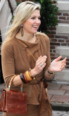 Koningin Máxima, Hoorn, april 2013 met armbanden van 'hoorn' en 'hout'. Copyright PPE/v.d.Werf