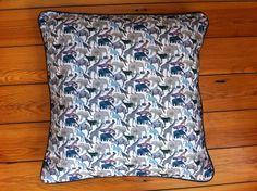 Adorable coussin en liberty animaux queue for the zoo envers en tissu gris à étoiles : Linge de lit enfants par souris-grenadine-tiaou