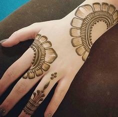 Best Floral Mehndi Designs - Flowers, roses in particular , leaves, shrubbery and various other floral motifs are surely classical when it comes to henna art. Henna Hand Designs, Mehndi Designs Finger, Henna Tattoo Designs Simple, Mehndi Designs Book, Mehndi Design Pictures, Modern Mehndi Designs, Mehndi Designs For Beginners, Beautiful Mehndi Design, Mehndi Patterns