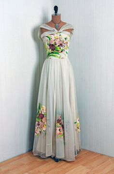 ~Sally Pilgrim dress~ Sally Milgrim had a famous dress shop on the corner of and Fifth Avenue in New York for many years. 1940s Fashion, Look Fashion, Vintage Fashion, Womens Fashion, Vintage Outfits, Vintage Gowns, Vintage Clothing, 1940s Dresses, Vintage Mode