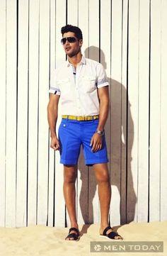 Một gợi ý rất phù hợp cho anh chàng dạo phố (hoặc bờ biển) cùng các nàng với quần short nam màu xanh mát mẻ và nổi bật kết hợp cùng sơ mi trắng cách điệu.