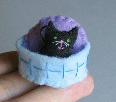Miniatura de gato negro fieltro peluche con cesta de fieltro