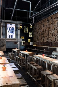 The confort and the and the beauty of the space say a lot of the restaurant, be inspired ! Bar Interior Design, Restaurant Interior Design, Cafe Interior, Cafe Design, Best Interior, House Design, Luxury Restaurant, Restaurant Concept, Restaurant Kitchen