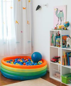 Quarto de menino repleto de detalhes fofos, incluindo uma piscina de bolinhas.