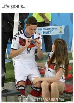 LIfe Goals! Football Wags, Hot Football Fans, Madrid Football, Football Jokes, Soccer Boyfriend, Football Girlfriend, Footy Jokes, Football Relationship Goals, Football Couples