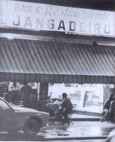 """Restaurante Jangadeiro em 1971, na Rua Visconde de Pirajá nº 80. Quando foi inaugurado em 1935 chamava-se Bar Rhenania e ficava ao lado do antigo Cinema Ipanema, em frente ao Chafariz das Saracuras, na Praça General Osório. Durante a 2ª Guerra Mundial foi apedrejado e teve seu nome mudado para Jangadeiro. Era a """"sede"""" da Banda de Ipanema."""