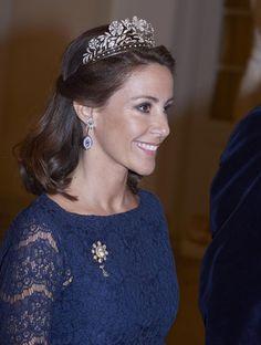 La princesa Marie, a la altura en glamour de su cuñada, si bien respetando las normas de estilo más tradicionales con un vestido de encaje azul más clásico que el suyo, optó por la tiara floral de diamantes