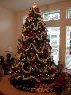 Rose Gold Christmas Decorations, Diy Christmas Tree Skirt, Red And Gold Christmas Tree, Burlap Christmas Tree, Traditional Christmas Tree, Beautiful Christmas Trees, Christmas Tree Themes, Noel Christmas, Christmas Tree Toppers