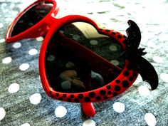 Mistress of the Dark Sunglasses por LttleShopOfHorrors en Etsy, $16.99