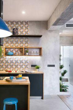 Cozinha moderna com parede de cimento queimado.