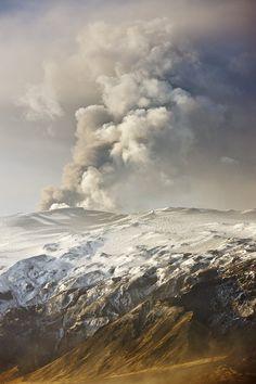 Volcanic eruption at Fimmvörðuháls and Eyjafjallajökull, Iceland, 2010, photograph by Daniel Bergmann.