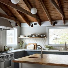 Kitchen design and kitchen idea for all of one's dream kitchen needs. Modern kitchen ideas at its finest. Classic Kitchen, New Kitchen, Kitchen Dining, Kitchen Decor, Kitchen Wood, Decorating Kitchen, Kitchen Furniture, Minimal Kitchen, Kitchen Themes