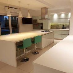 El diseño del proyecto es una combinación de tres modelos:  - Minoru: vidrio blanco - gabinetes grafito - Neutra: pvc alto brillo - gabinetes blancos - Reno life: melamina blanca Reno, Bar, Table, Furniture, Home Decor, Templates, Graphite, Glass, White Shaker Cabinets