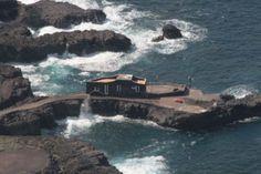 Hotel Punta Grande Se encuentra en la isla más remota del archipiélago de las Islas Canarias (España), la conocida como Isla del Hierro, un entorno volcánico en medio del Océano Atlántico.