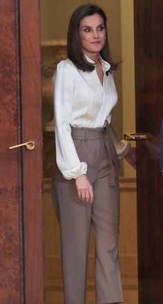 Actualidad de la Reina Letizia. Analizo el vestuario, accesorios y estilismos que luce la reina en cada acto. Royal Fashion, Fashion Over, Fashion Tips, Fashion Trends, Gaucho Pants Outfit, Corporate Chic, Casual Outfits, Cute Outfits, Camisa Formal