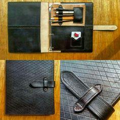 Fichário A4 em couro legítimo todo feito à mão.  Modelo exclusivo Artesanalle Encadernação www.artesanalle.elo7.com.br