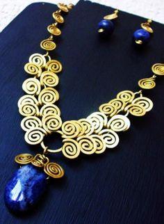 conjunto de collar y aretes  metal laton,piedra lapizlasuli filigrana,martillado