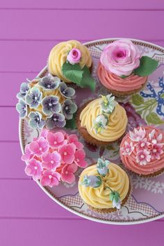 See more about flower cupcakes, rose cupcake and cup cakes. Cupcakes Bonitos, Cupcakes Lindos, Cupcakes Flores, Floral Cupcakes, Hydrangea Cupcakes, Pink Hydrangea, Cupcakes Cool, Cupcakes Design, Beautiful Cupcakes
