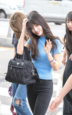Twice-Momo 180823 Incheon Airport to Indonesia Kpop Fashion, Korean Fashion, Girl Fashion, Fashion Outfits, Nayeon, Kpop Girl Groups, Korean Girl Groups, Kpop Girls, Sana Momo