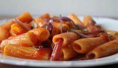 Penne ao Molho de Tomate, Cebola Roxa e Manjericão