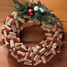Adorable cork wreath for the holidays Christmas Door Wreaths, Christmas Gift Decorations, Holiday Crafts, Christmas Holidays, Christmas Ornaments, Holiday Decor, Wine Cork Wreath, Wine Cork Crafts, Deco Nature