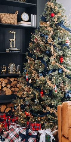 52 Adorable Rustic Christmas Decoration Ideas - Page 44 of 52 - Choti Decor Pretty Christmas Trees, Blue Christmas Decor, Gold Christmas Tree, Colorful Christmas Tree, Country Christmas, Christmas Home, Christmas Tree Decorations, Christmas Holidays, Christmas Mantles