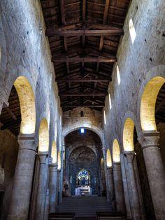 Abbadia a Isola, l'interno della chiesa romanica. Una tappa della via francigena in Toscana