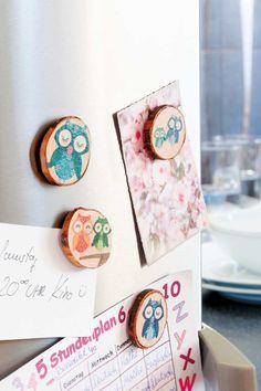 """Kühlschrank-Magnete mit Baumholzscheiben (Idee mit Anleitung – Klick auf """"Besuchen""""!) - Eulen kommen auf einem Geburtstag bei Jungen und Mädchen gut an und können danach an Kühlschränke geheftet werden!"""