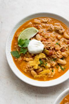 This is the best turkey white bean chili recipe! It& healthy, hearty, and sure to become a family favorite dinner! Turkey Sweet Potato Chili, White Bean Turkey Chili, Ground Turkey Chili, No Bean Chili, Chili Recipes, Soup Recipes, Chicken Recipes, Healthy Recipes, Delicious Recipes
