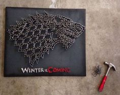 Game of Thrones - House Stark Sigil - Winter is Coming - Direwolf - String & Nail Art Game Of Thrones Decor, Game Of Thrones Gifts, Game Of Thrones Party, Game Of Thrones Houses, Game Thrones, String Art, House Stark Sigil, Woodworking Diy Gifts, Game Of Trones