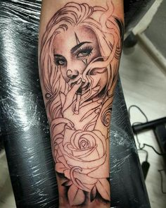 Visão de maloka$ Chicanas Tattoo, Skull Girl Tattoo, Girl Face Tattoo, Pin Up Girl Tattoo, Clown Tattoo, Forarm Tattoos, Skull Tattoos, Body Art Tattoos, Hand Tattoos