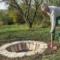 Feuerstelle bauen Backyard Seating, Patio, Fire Pit Landscaping, Garden Landscaping, Back Gardens, Outdoor Gardens, Build A Fireplace, Kitchen Flooring, Find Furniture