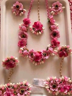 Think pretty pink floral jewellery to go for your mehendi outfit 💕 Flower Jewellery For Haldi, Flower Ornaments, Bridal Flowers, India Jewelry, Indian Bridal, Bridal Mehndi, Henna Mehndi, Bridal Lehenga, Flower Decorations