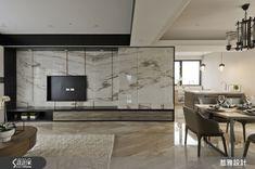 結合現代奢華的時尚品味,以及簡約內斂的典緻氛圍,以新東方風定位的 53 坪空間,結合墨染般的石面紋理、手工染色木皮,以及靚黑鐵件線條,勾勒經典舒適魅力,精品級生活華麗上演!同時容納客廳與餐廳的公領域,以開放式設計營造寬廣的空間感,電視牆將石材質具藝術性的墨紋,恣意揮灑於大幅牆面上,沙發背牆則利用木皮 Home Design Living Room, Living Room Interior, Home And Living, Living Room Tv, Living Room Modern, Living Spaces, Tv Console Design, Muebles Living, Tv Wall Decor