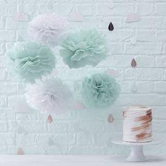 Diese PomPoms in Mintgrün und Weiß sind perfekt, um der Hochzeitsdeko auf elegante Weise den letzten Schliff zu geben. Das Set besteht aus 3 großen und 2 kleinen PomPoms, die zum Beispiel aufgehängt oder zur Dekoration von Stühlen bei der Hochzeit verwendet werden können.