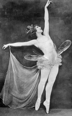 Fairy Dance, unknown model -via noonesnemesis Vintage Ballerina, Vintage Dance, Vintage Circus, 1920s Dance, Antique Photos, Vintage Photographs, Vintage Images, Old Photos, Belle Epoque