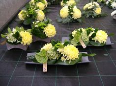 Risultati immagini per aspidistrablad vouwen Funeral Flower Arrangements, Beautiful Flower Arrangements, Funeral Flowers, Table Arrangements, Floral Arrangements, Deco Floral, Arte Floral, Floral Design, Grave Decorations