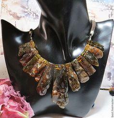 Ожерелья из природного наполненного крупного янтаря. в интернет-магазине на Ярмарке Мастеров. Очень красивое ожерелье из природного частично необработанного наполненного янтаря коньячного цвета, при электрическом свете появляется зеленоватый оттенок. Центральная бусина очень крупный янтарь. Такой янтарь сейчас очень моден. Это ожерелье будет эффектно смотреться и с летним сарафаном и с зимней водолазкой. Крепеж и замок - серебро 925 пробы израильского производства.…