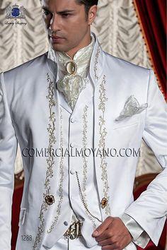 Traje barroco de novio blanco modelo: 1288 Ottavio Nuccio Gala colección Barroco Gothic Fashion Men, Trendy Mens Fashion, Mens Fashion Suits, Mens Suits, White Wedding Suit, Wedding Men, Wedding Suit Styles, Wedding Suits, Dress Suits For Men