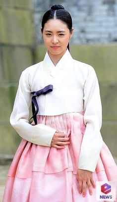RR: Hwajeong) is a 2015 South Korean… Korean Hanbok, Korean Dress, Korean Outfits, Korean Traditional, Traditional Dresses, Korean Beauty, Asian Beauty, Splendid Politics, Girls Athletic Shorts