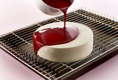 Glaze - Opskrift på spejlblank glaze til din kage - Prøv den her - Arla Glaze For Cake, Mirror Glaze Cake, Glace Cake, Twix Cake, Food Humor, No Bake Cake, Sweet Recipes, Cake Decorating, Cheesecake